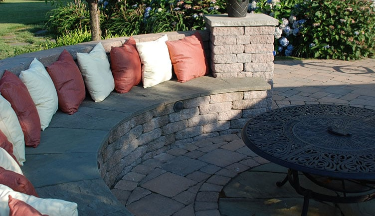 Decorative concrete block seating wall with bluestone caps for Cinder block seating area
