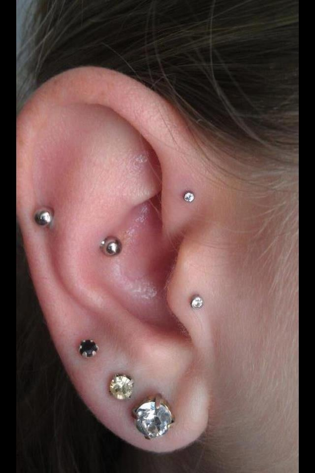 Snug forward helix and tragus yelp for Piercing salon