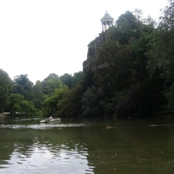 Le parc des Buttes-Chaumont, Paris, France