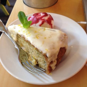 Vegan courgette cake by @MrsCsCakes with froyo at @HulaJuiceBar. Mad good stuff, y'all.