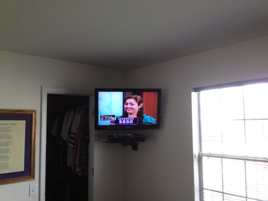 LCD TV wall mount installation in the corner with space-saving ...