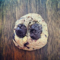 cookie integral com gotas de chocolate.