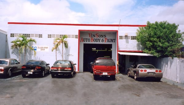 Vinson s auto body paint shop body shops fort for Car paint shop