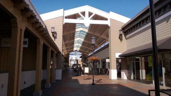 Best outlet around. This outlet has a good mixture of stores. You have the average daily wear places like J crew and Gap, mixed in with high-end shops like Prada, Gucci and Saks.